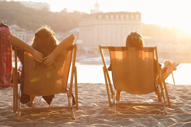 Goście restauracji mogą wypoczywać w leżakach na plaży.