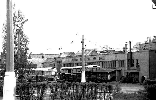 Na początku były dwie linie:  'A' na trasie Dworzec - Koszary i 'B' na trasie Dworzec - Kalinowszczyzna. 90. urodziny komunikacja publiczna Lublina obchodzić będzie w przyszłym roku. Archiwalne zdjęcia uświadamiają jak dużo zmieniło się przez ten czas. Także na ulicach Lublina, które są tłem dla sfotografowanych pojazdów. 1 stycznia 1929 r. lubelski ratusz utworzył przedsiębiorstwo Autobusy Miejskie m. Lublina. Ten moment traktuje się jako początek funkcjonowania właściwej komunikacji miejskiej w Lublinie. Jednak pierwsze zbiorowe przejazdy organizowane były już znacznie wcześniej, bo w drugiej połowie XIX w. Pasażerowie jeździli wtedy dorożkami i omnibusami konnymi. W 1912 r. na ulice Lublina wyjechały trzy autobusy Benz Hagenan nalezące do Lubelskiej Spółki Samochodowej. Jeździły nieregularnie i często się psuły. Spółkę zlikwidowano podczas pierwszej wojny światowej. Na przełomie 1938 i 39 r. powstała zajezdnia przy ul. Garbarskiej, która mogła pomieścić 30 autobusów. Została zniszczona w czasie II wojny światowej. W sierpniu 1944 r. rozpoczęła się odbudowa miejskiej komunikacji. Tabor składał się z sześciu samochodów ciężarowych marki Gaz. Siedziba przewoźnika i garaże mieściły się przy ul. Lipowej 4. W 1950 r. przedsiębiorstwo zmieniło nazwę na Miejskie Zakłady Komunikacyjne a w 1951 r. na Miejskie Przedsiębiorstwo Komunikacyjne. W 1952 r. w Lublinie rozpoczęła się budowa sieci trolejbusowej. Pierwszy trolejbus wyjechał na ulice Lublina 22 lipca 1953 r. W 1957 r. MPK rozpoczęło budowę zajezdni autobusowo - trolejbusowej na 100 pojazdów w dzielnicy Helenów. W styczniu 1960 r. oddano do użytku pierwszą halę w tym obiekcie, zaś całość inwestycji zakończono wiosną 1963 r. Dzisiaj główna zajezdnia przewoźnika mieści się przy ul. Grygowej. W 2014 r. teren starej zajezdni kupiła spółka Centrum Zana, która buduje tam mieszkania oraz budynki biurowo-usługowe.