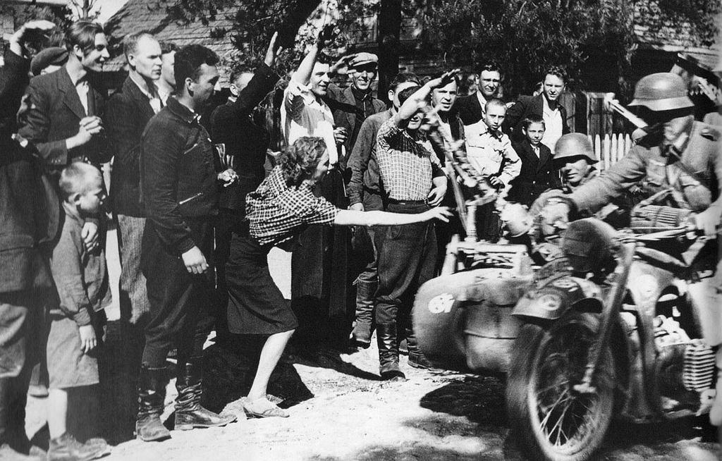 Niemieccy żołnierze witani kwiatami na ukraińskiej wsi, lato 1941 r.