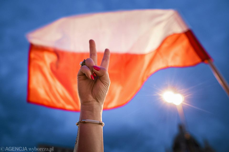 https://bi.im-g.pl/im/0a/fa/15/z23044106V,Polska-flaga-.jpg