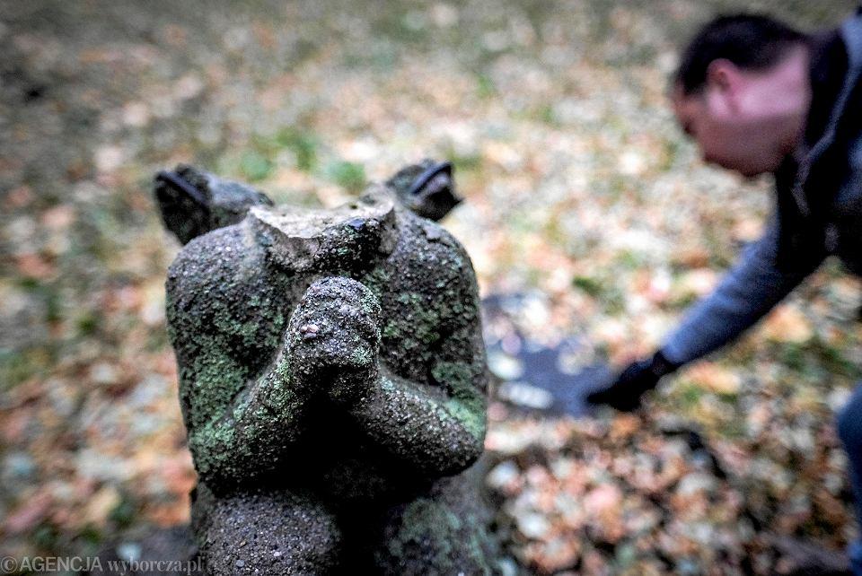Cmentarz św. Wojciecha. Rzeźba aniołka na bezimiennym grobie, nie ma głowy, fragmentów rąk i nóg.