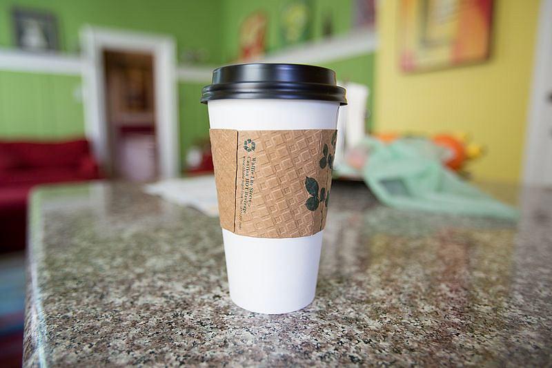 Tekturowy rękaw na kubek z kawą
