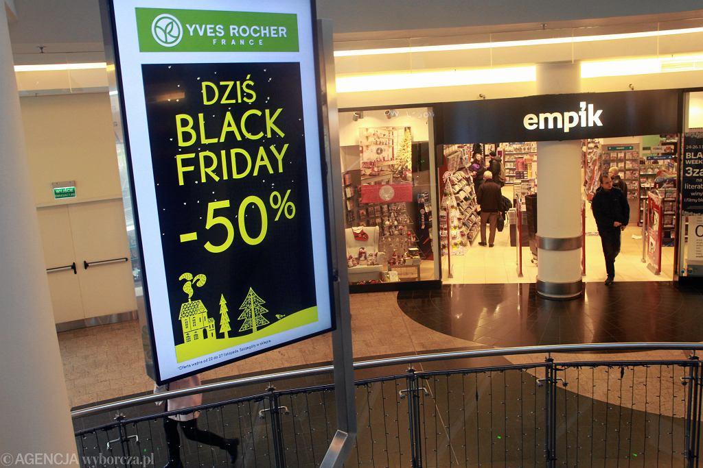 Black Friday 2018 już 23 listopada. W ten dzień sklepy kuszą obniżkami, a w galeriach handlowych trzeba liczyć się z tłumami