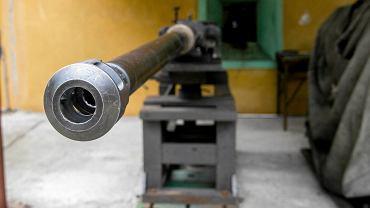 Skarżysko-Kamienna, zakłady Mesko. Wizyta posłów z sejmowej komisji obrony narodowej i pokaz skuteczności amunicji kaliber 30 mm stosowanej np. w kołowym transporterze opancerzonym  'Rosomak'