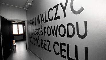 """""""Lepiej walczyć z jakiegoś powodu niż żyć bez celu"""" - m.in. taki napis wita nas w Warszawskim Centrum Atletyki. Wielka baza sportowa - coś więcej niż tylko hala, siłownia lub klub sportowy - została otwarta 26 października i mieści się na ul. Kolumbijskiej na Bielanach."""