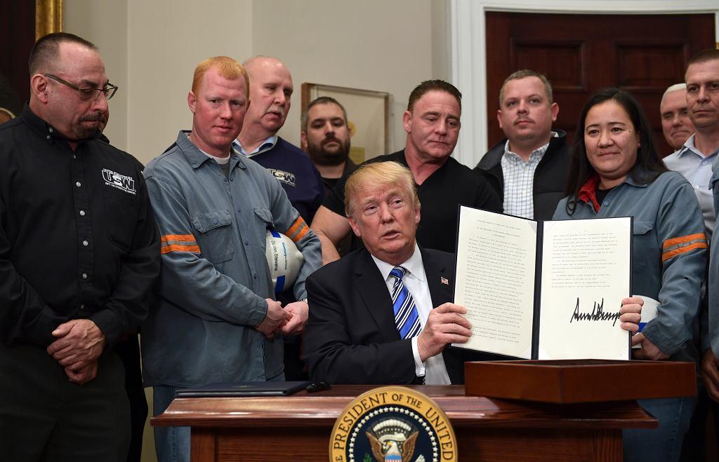 Prezydent Donald Trump prezentuje swój podpis pod dokumentem wprowadzającym cła na import stali.