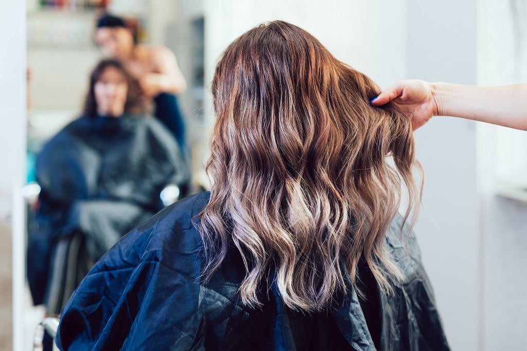 Kręcone włosy po farbowaniu