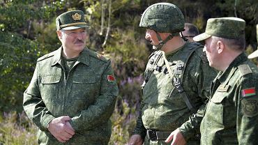 Prezydent Aleksander Łukaszenko z oficerami podczas wizyty na ćwiczeniach wojskowych pod Grodnem na Białorusi, 22 sierpnia 2020 r.