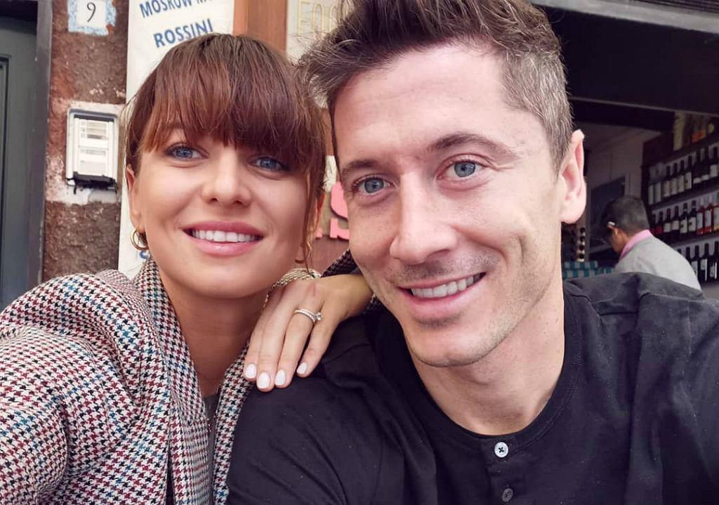 Półnagi Robert Lewandowski wtula się w swoją żonę. Anna Lewandowska pokazała stare zdjęcie