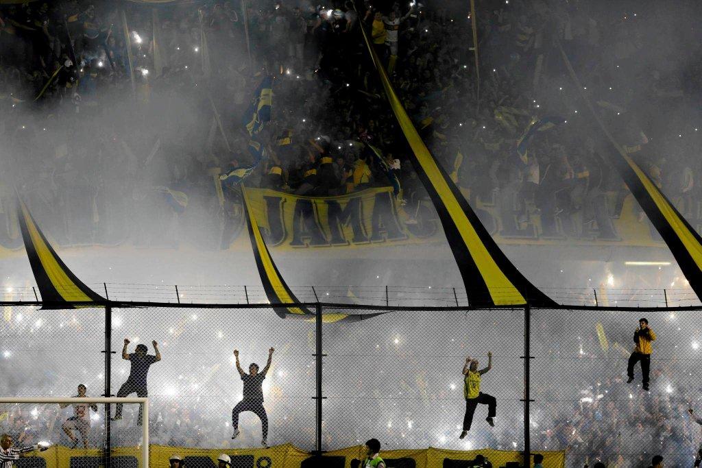 Kibole Boca Juniors forsują ogrodzenie podczas derbowego meczu z River Plate Buenos Aires