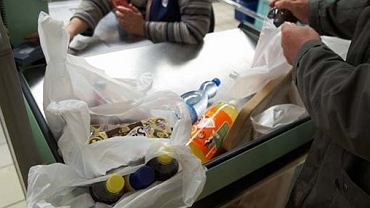Wiele sklepów już zdecydowało się wprowadzić opłaty za torebki foliowe