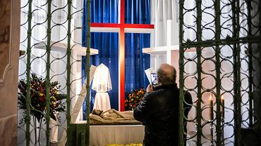 W Wielką Sobotę w Kościele Katolickim przez cały dzień trwa święcenie pokarmów i adoracja Chrystusa złożonego do grobu. Tego dnia katolicy przychodzą do kościołów z koszykami wypełnionymi jajkami, chlebem, wędliną. W koszyczkach można też znaleźć sól, chrzan, czasem ciasta czy słodycze, bardzo często cukrowe baranki - symbol zmartwychwstałego Jezusa. Koszyczki, w których wierni niosą święconkę często ozdobione są listkami bukszpanu. Wszystkie pokarmy, po święceniu, przeznaczone będą na świąteczny stół. Święcenie pokarmów odbywa się w Wielką Sobotę m.in. w lubelskiej Archikatedrze, co pół godziny, aż do godz. 16. Do wieczora nie odprawia się mszy świętych, bardzo popularny jest za to zwyczaj odwiedzania Grobu Pańskiego. Tym samym w Kościele Katolickim kończy się czas postu. Wieczorem rozpoczynają się obchody Wigilii Paschalnej.
