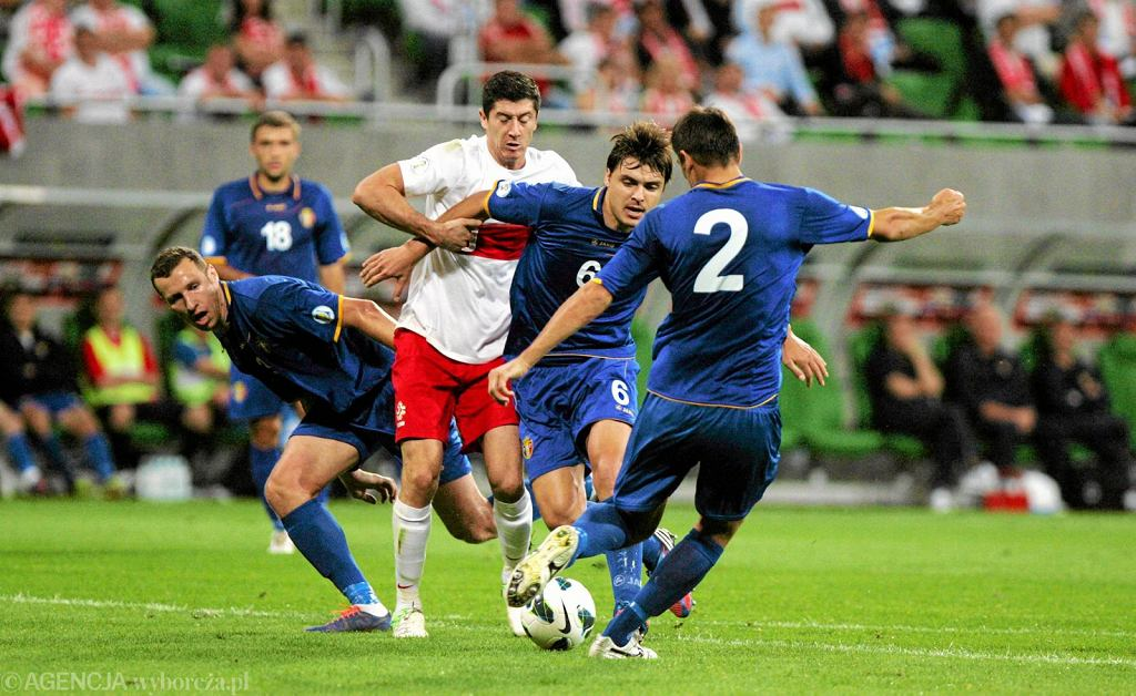 Mołdawscy piłkarze starali się skutecznie kryć Roberta Lewandowskiego - największą gwiazdę polskiej reprezentacji. Mecz Polska - Mołdawia (2:0) rozegrany 11 września 2012.