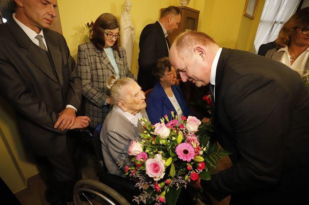 Zdjęcie numer 7 w galerii - Elżbieta Rogala kończy 108 lat, życzenia i kwiaty od marszałka [ZDJĘCIA]