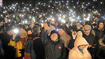 Światełko do nieba dla Pawła Adamowicza od  szczecinian zgromadzonych na pl. Solidarności