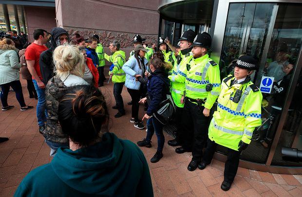 Protestujący przed szpitalem w Liverpoolu