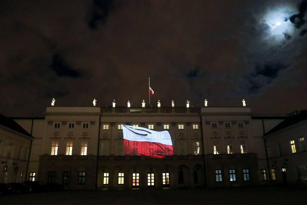 Żałoba narodowa po śmierci Pawła Adamowicza. Flaga na Pałacu Prezydenckim została opuszczona do połowy masztu