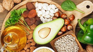 Aby witamina E zawarta w pożywieniu przyniosła organizmowi jak najwięcej korzyści, należy pamiętać, że jest ona rozpuszczalna w tłuszczach, dlatego powinny się znaleźć w posiłku.