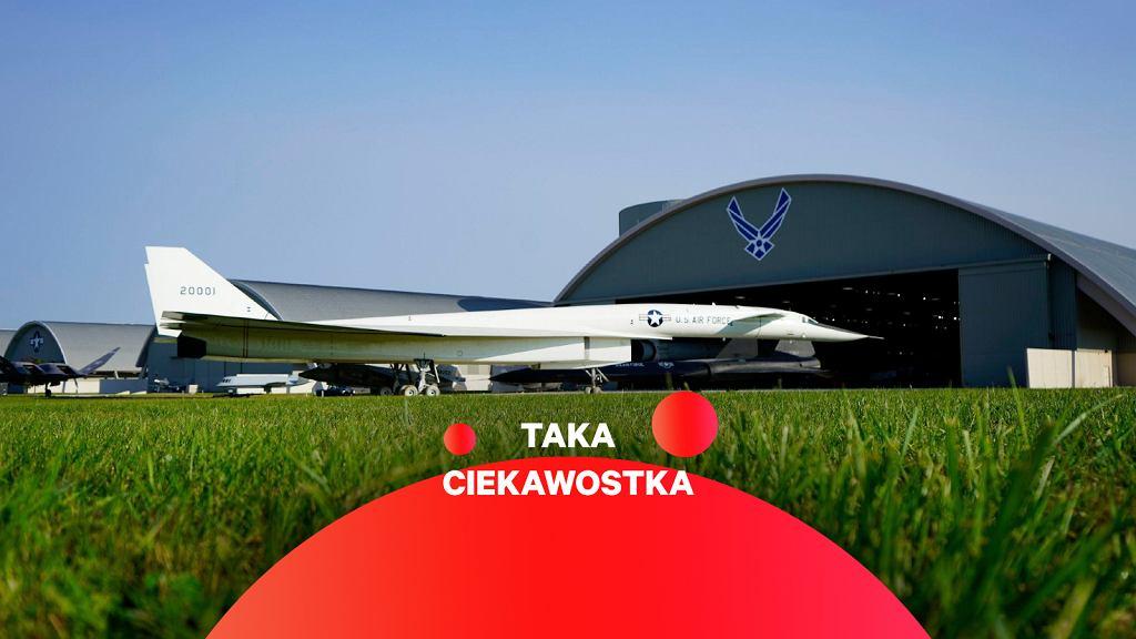 XB-70 podczas krótkiego pobytu na świeżym powietrzu