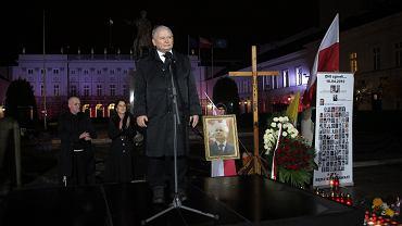 """Prezes Kaczyński zwrócił się do prezydenta Andrzeja Dudy, by """"zgodził się na umieszczenie przed Pałacem Prezydenckim krzyża"""""""