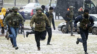 29.11.2020, Mińsk, siłownicy biegną w kierunku demonstracji.