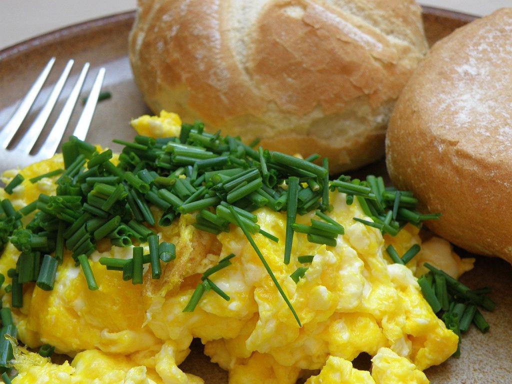 Producent 'roślinnej jajecznicy' zapewnia, że jego produkt 'po przelaniu na patelnię i podgrzaniu ma smak, zapach oraz konsystencję prawdziwej jajecznicy'.