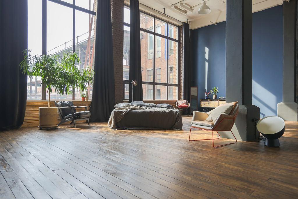 Loft w stylu industrialnym, który ocieplono dodatkami.
