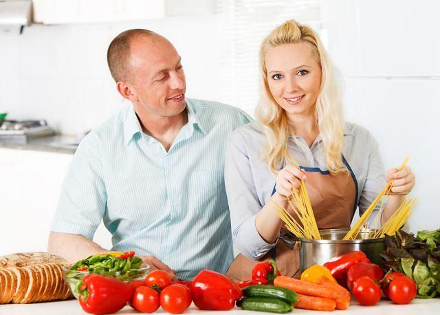 Pomidory i papryka uchodzą za dobre źródła litu, chociaż niepewne: jego zawartość w konkretnych sztukach jest bardzo różna