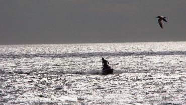 Szkocja. 28-latek przepłynął dla dziewczyny przez morze skuterem wodnym