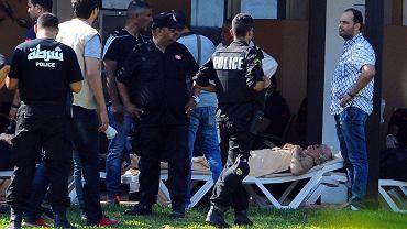 Służby ratunkowe pomagają rannym w zamachu w Tunezji