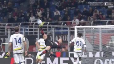 Zlatan Ibrahimović próbujący zrobić przerwotkę w meczu z Hellasem w Serie A. Źródło: https://twitter.com/ELEVENSPORTSPL/status/1449477343882457089