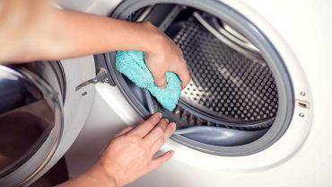 Jak wyczyścić pralkę? Ocet i soda doskonale sprawdzą się w roli środków czyszczących. Zdjęcie ilustracyjne