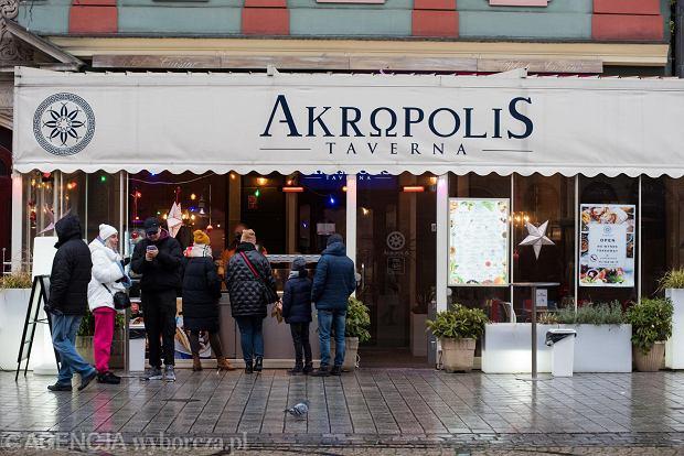 Zdjęcie numer 8 w galerii - Tłumy na Rynku we Wrocławiu. Spacery z jedzeniem na wynos i puszczanie baniek