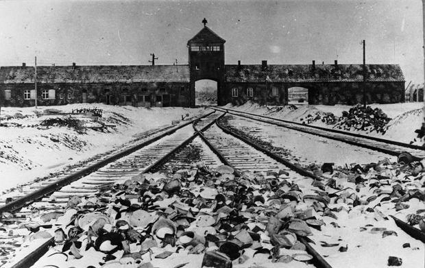 Auschwitz w 1945 roku, tuż przed wyzwoleniem (fot. wikimedia Stanisław Mucha / CC-BY-SA 3.0 [CC BY-SA 3.0 DE )