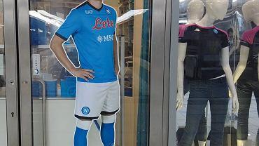 Piotr Zieliński na witrynie sklepiku Napoli