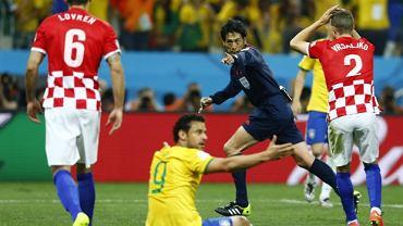 Sędzia Yuichi Nishimura wskazuje na jedenasty metr w meczu Brazylii z Chorwacją