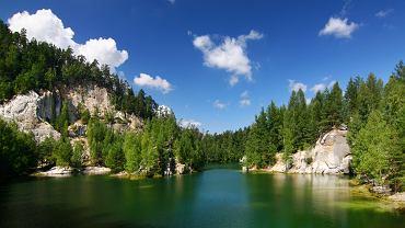 Czechy skalne miasto - Adrspach / Shutterstock