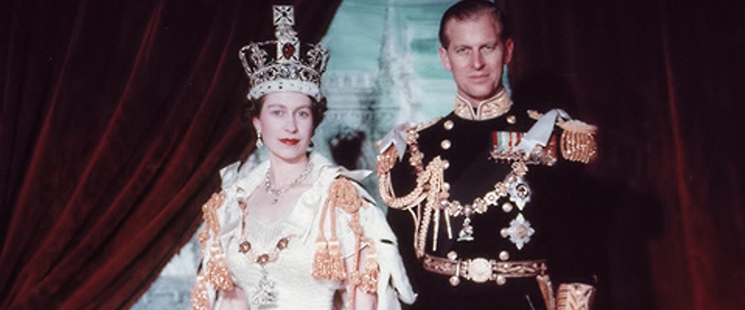 Elżbieta II i książę Filip tuż po koronacji, lipiec 1953 r. (fot. Cecil Beaton / Wikimedia.org / Domena publiczna)