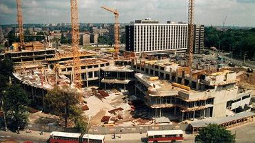 Budowa biurowca Pazim w 1991 r. W głębi - wyburzony w 2011 r. hotel Neptun