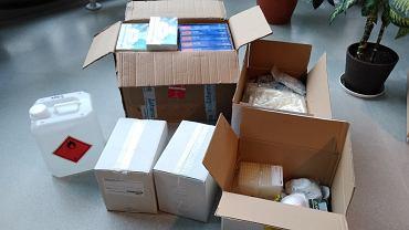Środki ochrony osobistej oraz wyposażenie laboratoryjne przekazał Wojewódzkiej Stacji Sanitarno-Epidemiologicznej w Białymstoku Wydział Chemii UwB.