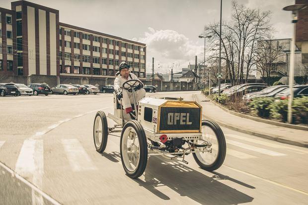 Piotr R. Frankowski podczas przejażdżki zabytkowym wyścigowym Oplem
