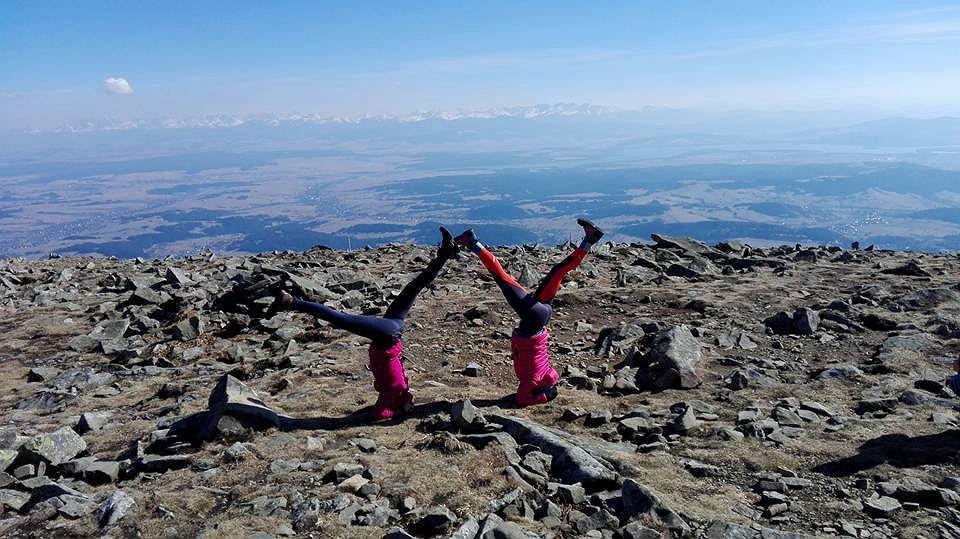 Krótki pokaz jogi na jednym z górskich szlaków