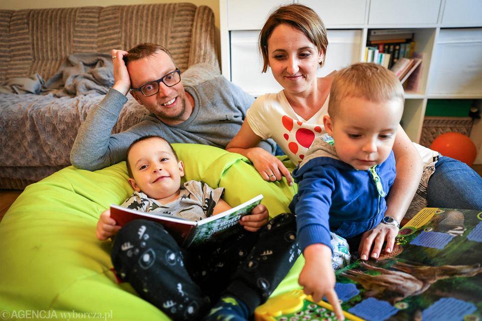 Rodzina państwa Szympruchów zawsze w komplecie - i podczas czytania książek i w czasie licznych wypraw.
