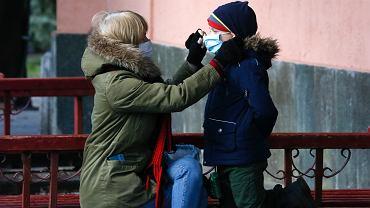 Od 6 kwietnia na Ukrainie w miejscach publicznych można się pojawić tylko w maseczce na twarzy. Za sprawą epidemii koronawirusa rząd wprowadził nowe obostrzenia