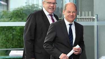 Od lewej minister ekonomii Peter Altmaier oraz minister finansów Olaf Scholz