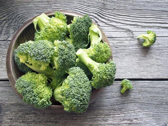 Brokułowe różyczki dostarczą nam witamin, minerałów oraz innych, cennych dla zdrowia substancji, a przy tym są niskokaloryczne.