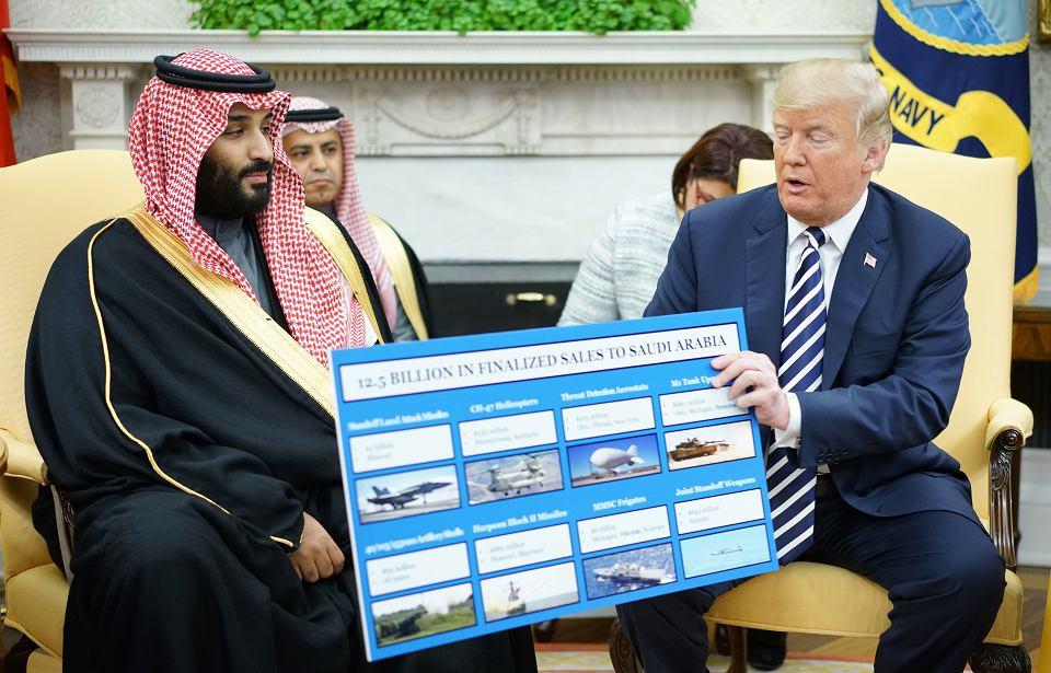 Prezydent Donald Trump i książe Arabii Saudyjskiej Muhammad ibn Salman  prezentują zamówienie wojskowe, 20 marca 2018.