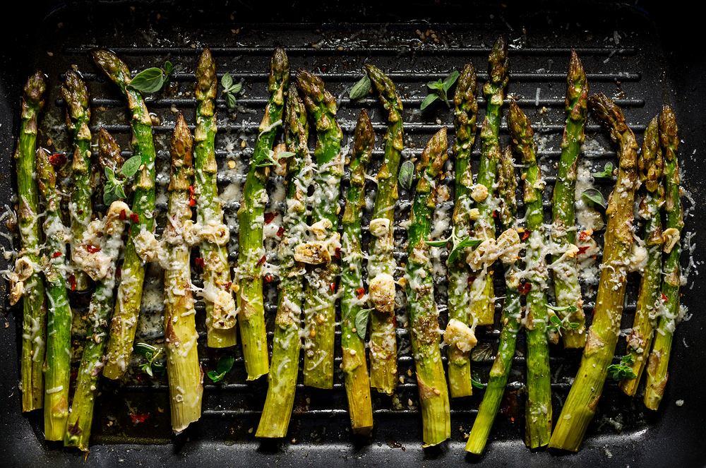 Szparagi możemy pokroić na cząstki, spryskać olejem lub oliwą, doprawić ulubionymi przyprawami i upiec na grillu lub w piekarniku