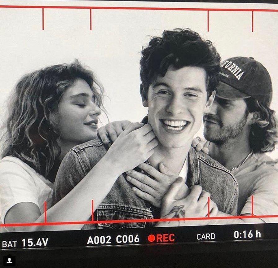 Kto dotyka Shawna Mendesa w teledysku 'Nervous'?