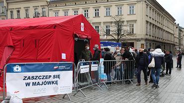 Akcja 'Zaszczep się w majówkę'. Tymczasowy punkt szczepień na Rynku Głównym w Krakowie.